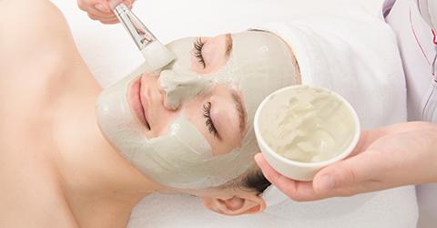 界面活性剤不使用のクレイで、毛穴の汚れや不要な角質を取り除きます